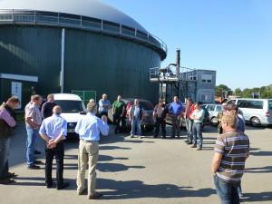 Begrüßung der Seminar-Teilnehmer auf der Biogasanlage in Brokenlande